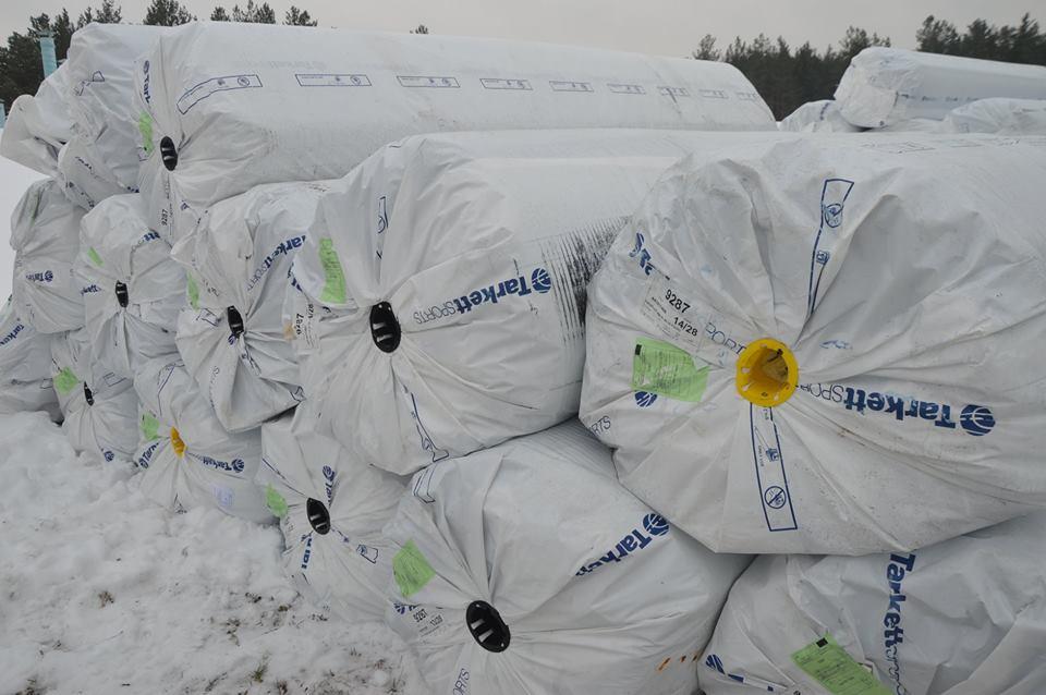Передача комплекту штучного покриття для футбольного поля до Вишгороду. Фото