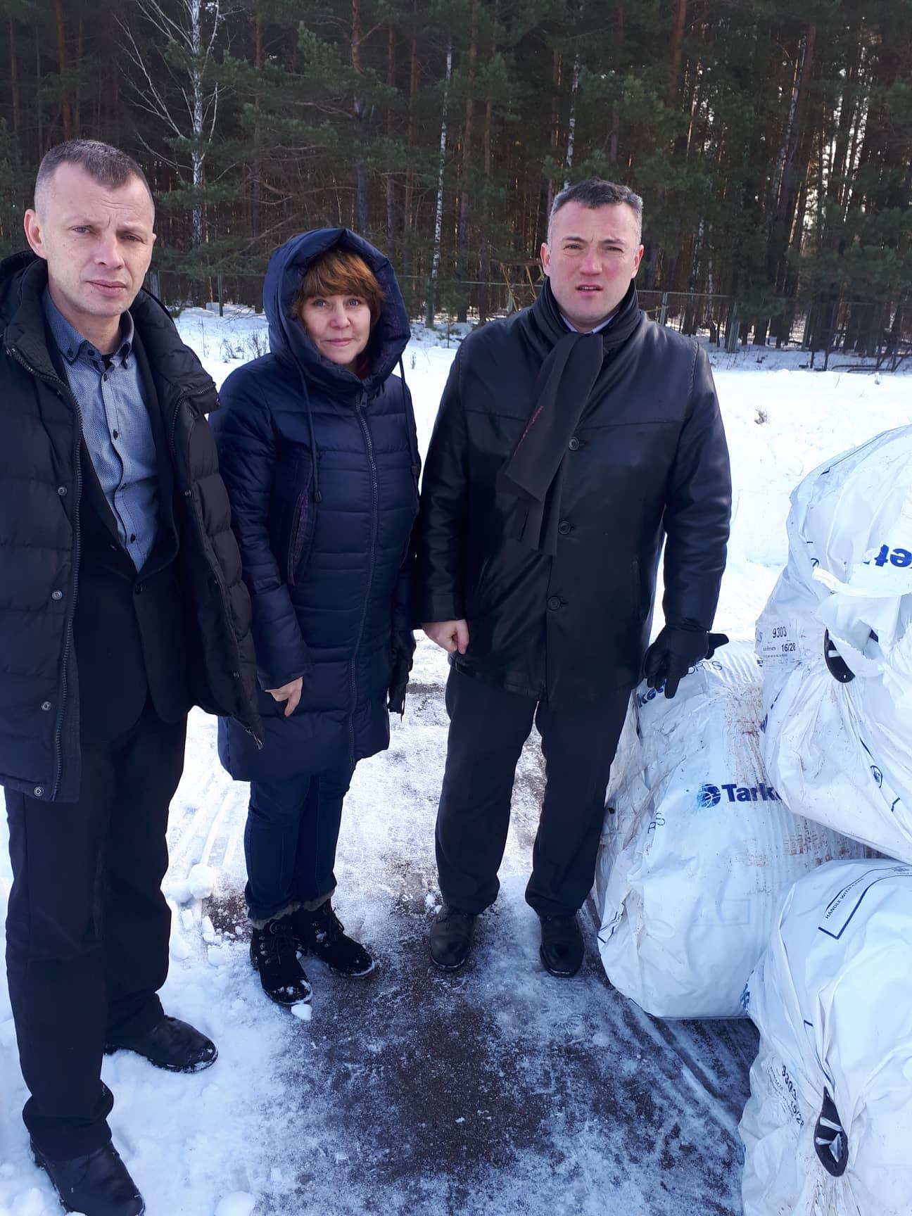 Передача штучного покриття для футбольного поля до Славутича. Фото