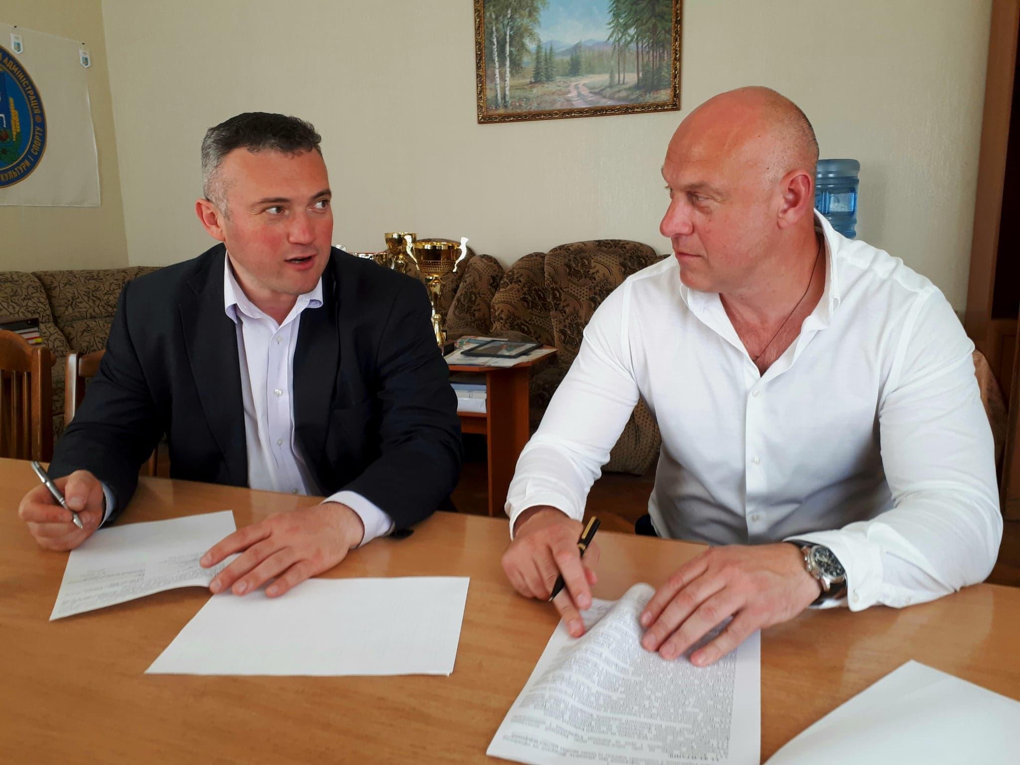 Підписання угоди з Федерацією з веслування на човнах Дракон. Фото