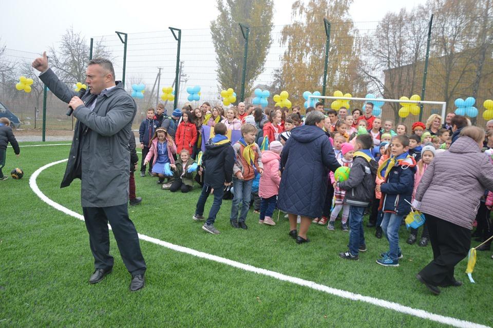 Відкриття спортивного майданчика в Росаві. Фото