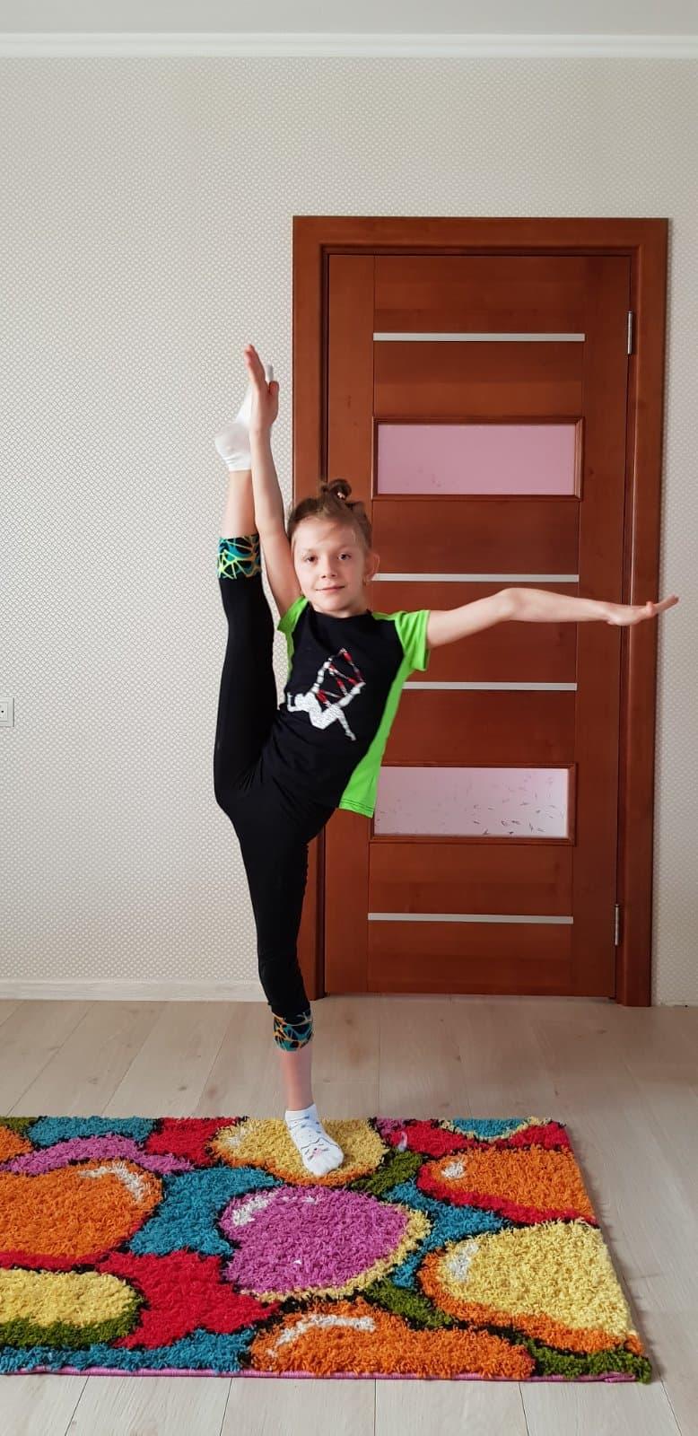 Спорт вдома від художніх гімнасток. Фото