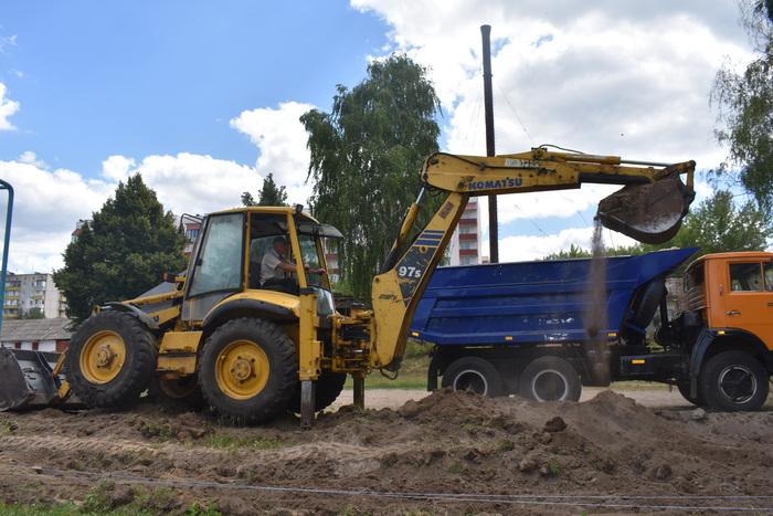 Будівництво футбольного поля в Богуславі. Фото
