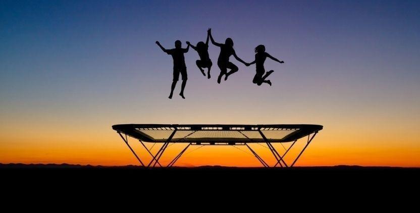 стрибків на батуті. фото