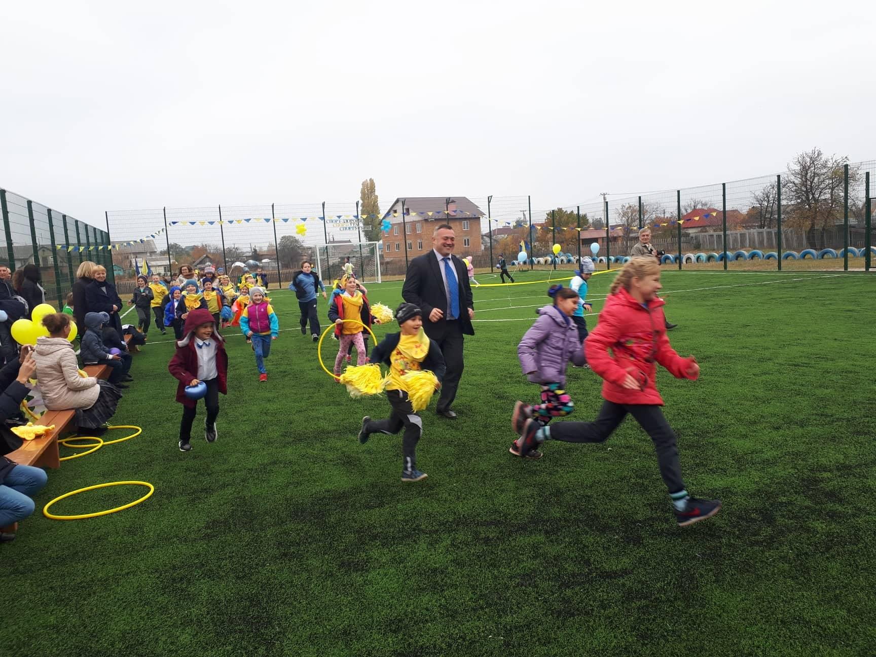 Спортивні майданчики для міні-футболу зі штучним покриттям розміром 42×22м. фото