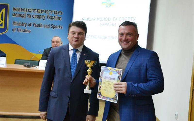 Ігор Жданов відзначив велошколу Промінь дипломом за перше місце. Фото