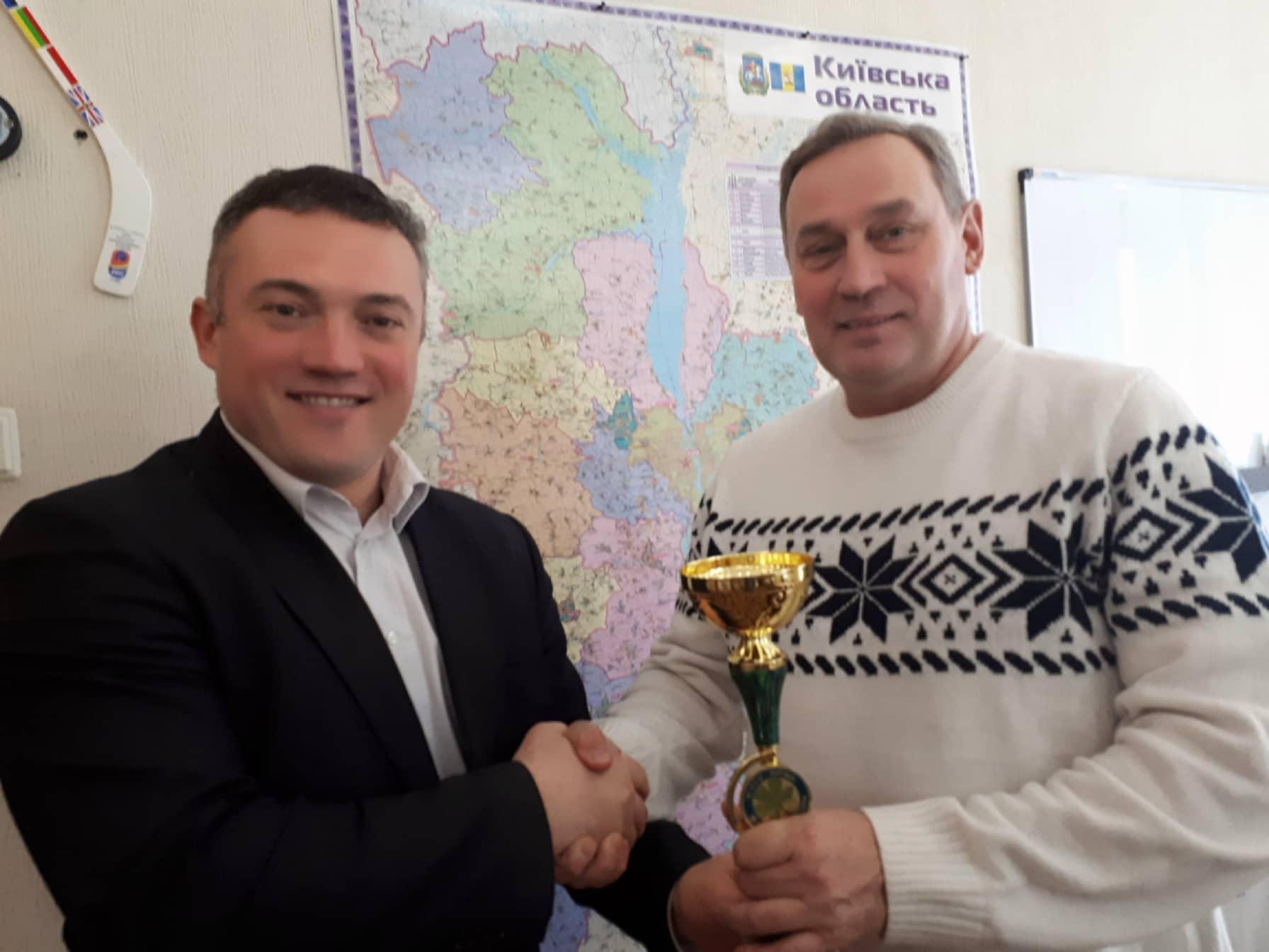 Сергій Тимофєєв вручив Кубок переможцям Gavrily4 Masters. Фото
