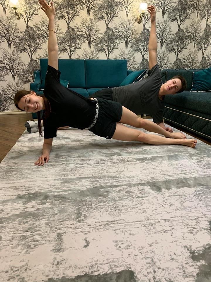 Спорт вдома. Плавці Олександр Олексишин та Анна Козир. Фото