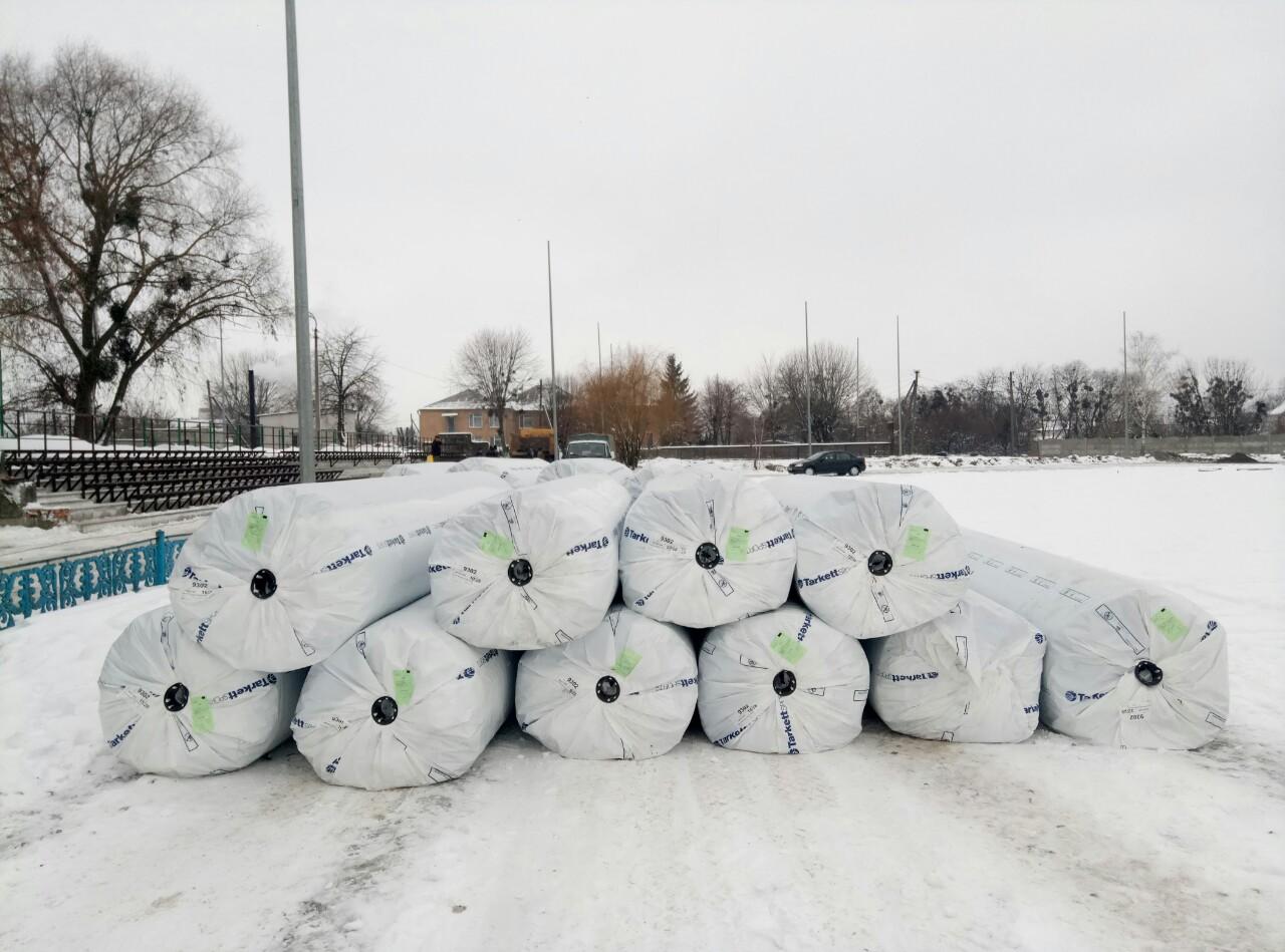 Передача штучного покриття для футбольного поля до Іванкова. Фото
