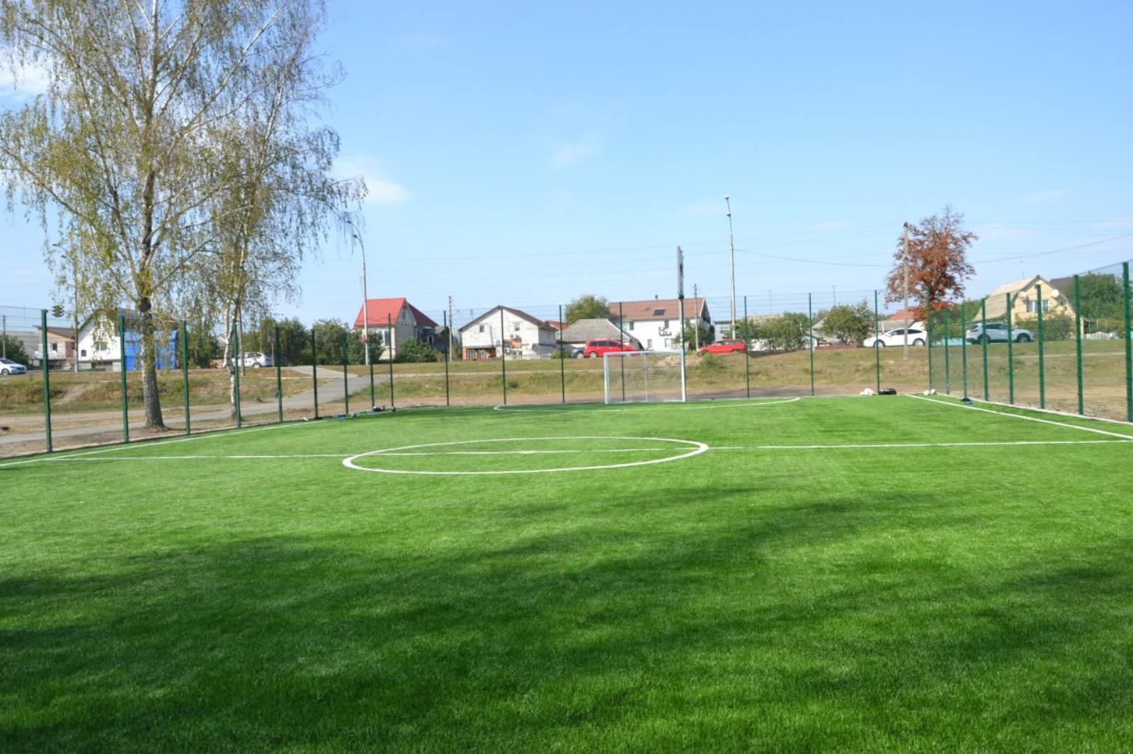 До 390-річчя броварчани отримали в подарунок нове футбольне поле. фото